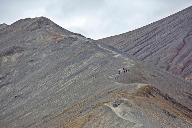 사람들은 landmannalaugar에서 화산을 등반합니다.
