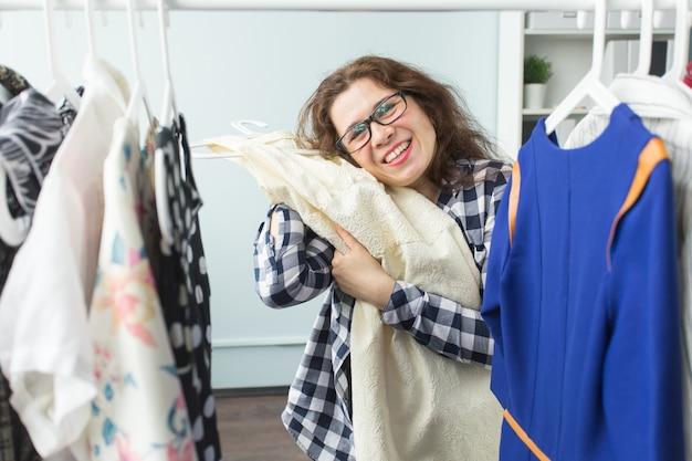人、服、スタイルのコンセプト-ワードローブを探しているきれいな女性の肖像画