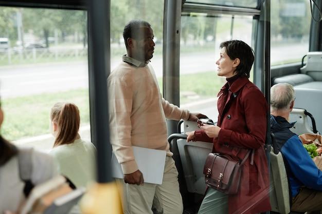 Люди, путешествующие на автобусе