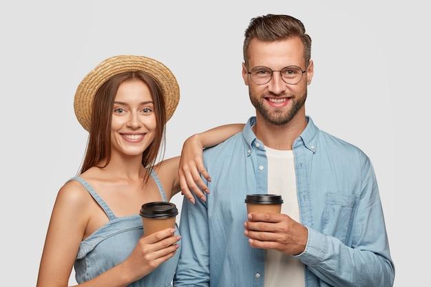 Persone, compagnia e concetto di relazione. la donna e l'uomo attraenti gioiosi con sorrisi positivi riposano dopo la passeggiata