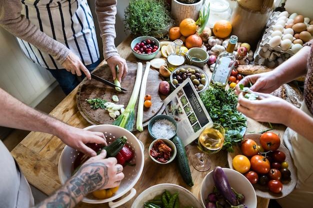 キッチンで健康的な料理を作っている人