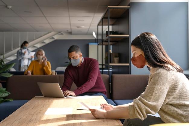Persone che collaborano con restrizioni covide