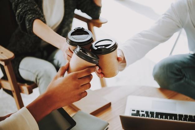 人々クリエイターはコワーキング場所でコーヒーを飲みます。