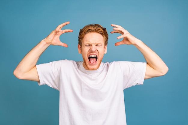 Люди, кризис, эмоции и стресс концепция - несчастный усталый человек, страдающий от головной боли дома