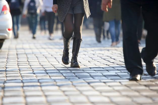 歩道の横断歩道で道路を横断する人