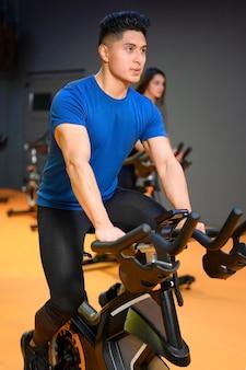 체육관에서 자전거를 타는 사람들