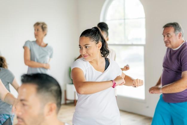 피트니스 수업에서 춤추는 사람들