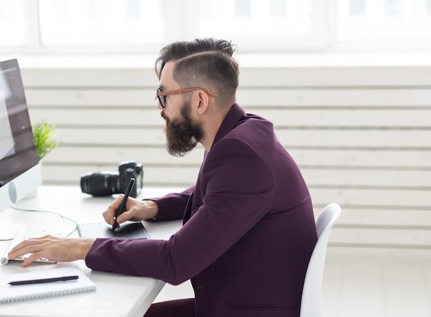 사람, 디자인 및 스타일 개념 - 그래픽 디자이너는 컴퓨터에서 작업하는 태블릿에서 새 프로젝트를 스케치합니다.