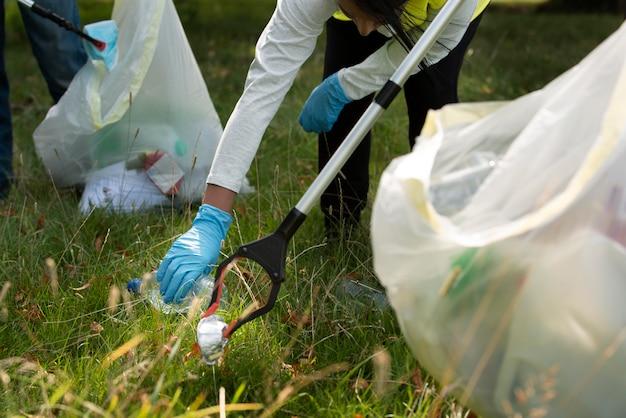 自然の中でゴミを集めることで地域奉仕をしている人々