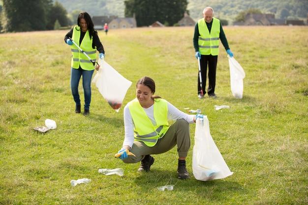屋外でゴミを集めて地域奉仕をしている人