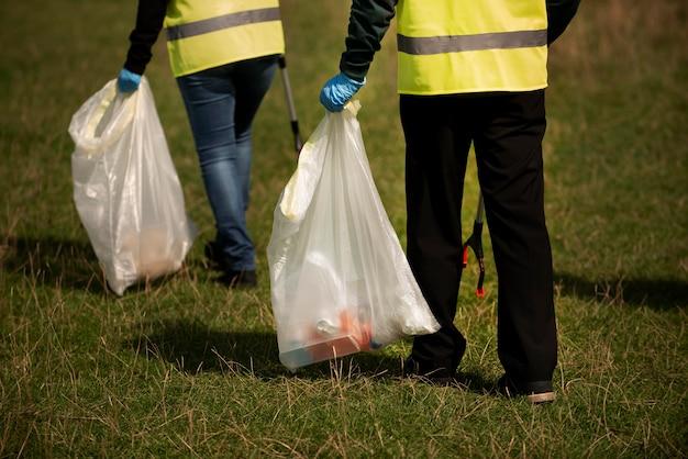 一緒にゴミを集めて地域奉仕をしている人