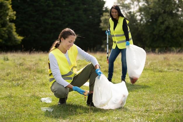 쓰레기 수거로 사회봉사를 하는 사람들
