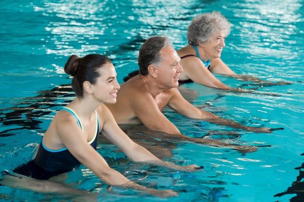 スイミングプールで運動をしている人