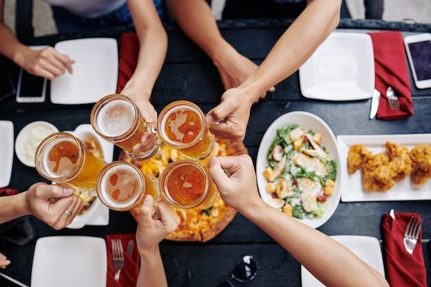 Люди пьют пиво в баре