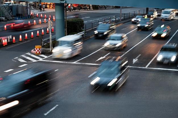 Persone che guidano auto sulla strada della città