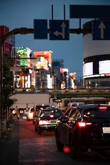 街の通りで車を運転する人