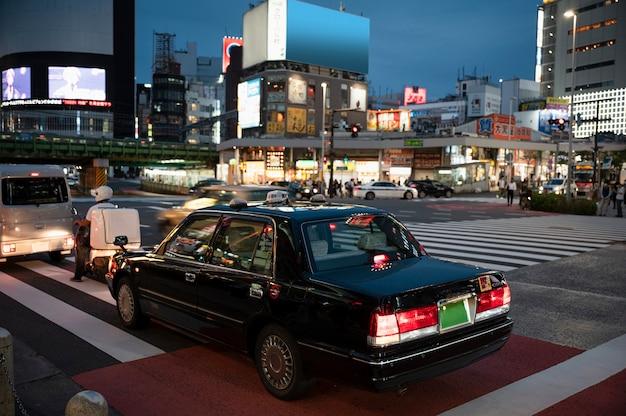 Люди за рулем автомобилей на улице города