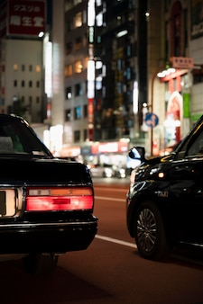 도시 거리에서 자동차를 운전하는 사람들