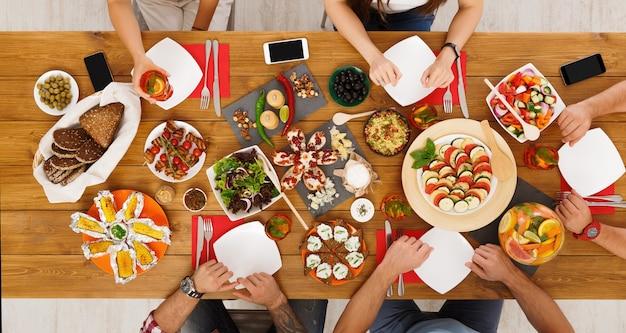 사람들은 축제 테이블 디너 파티에서 건강한 식사를