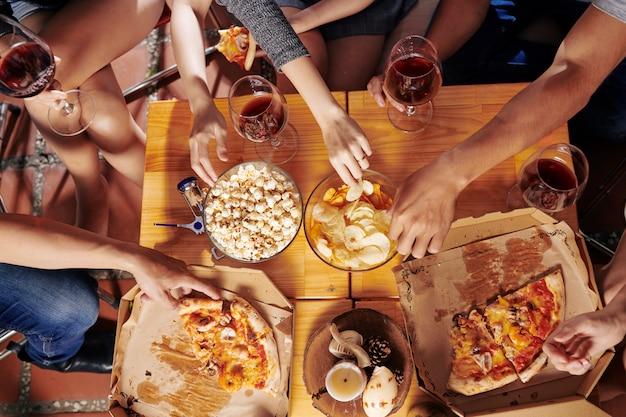 Люди едят закуски на вечеринке
