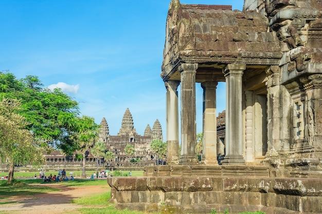 Люди наслаждаются прекрасным солнечным днем, чтобы посетить храм ангкор-ват