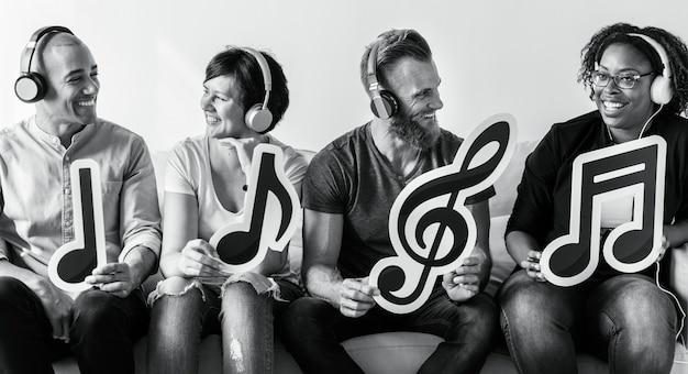 Люди наслаждаются музыкой в наушниках