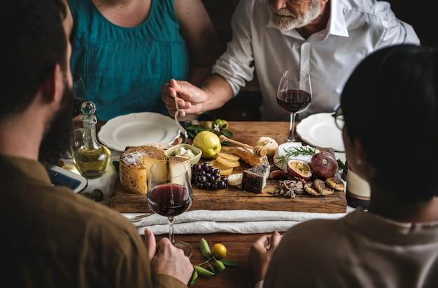 Люди, наслаждающиеся идеей рецепта фотографии еды блюдо с сыром