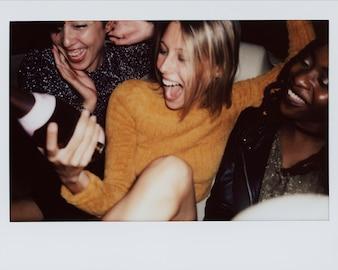 パーティーを楽しむ人々