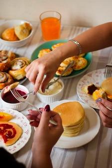 テーブルで朝食を楽しむ人々