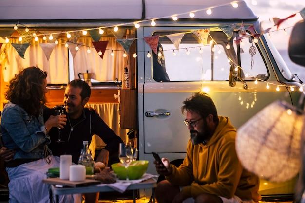 캠핑 라이프 스타일과 밴 라이프를 즐기는 사람들 여행 방랑벽