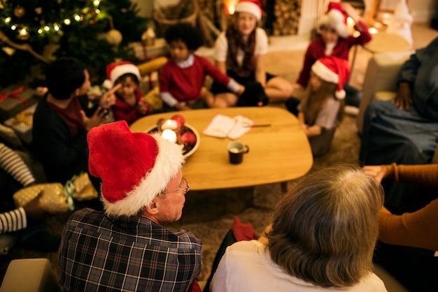 Люди, наслаждающиеся рождественским праздником