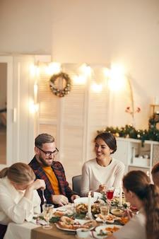 Люди наслаждаются ужином на рождество