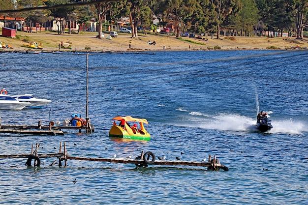 南米ボリビアのコパカバーナタウンにあるチチカカ湖でのアクティビティを楽しんでいる人々