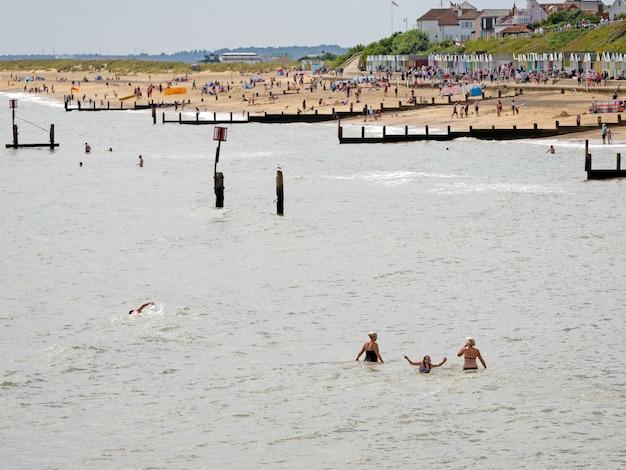 サウスウォールドのビーチを楽しむ人々