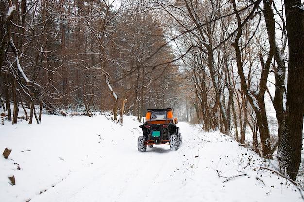 冬のトレイルでオフロードバギーで週末を楽しんでいる人々