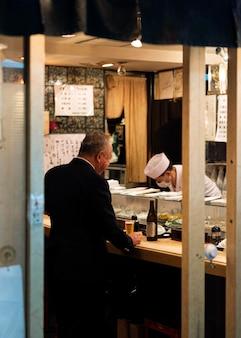 伝統的な日本食裁判所を楽しむ人々