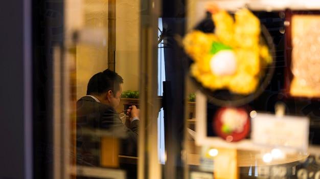 전통 일본 음식을 즐기는 사람들