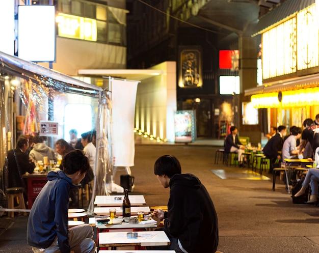 Persone che godono del cibo tradizionale giapponese