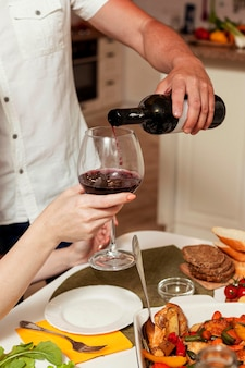 Люди наслаждаются вином за обеденным столом