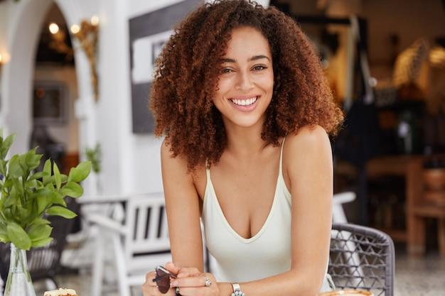 Люди, этническая принадлежность, свободное время и концепция положительных эмоций. доволен молодая афроамериканка с густой прической