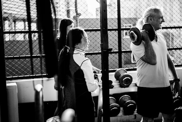피트 니스 체육관에서 운동하는 사람들