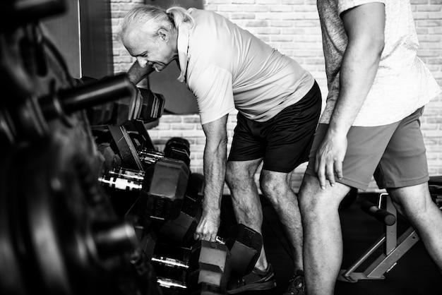Люди, тренирующиеся в фитнес-зале