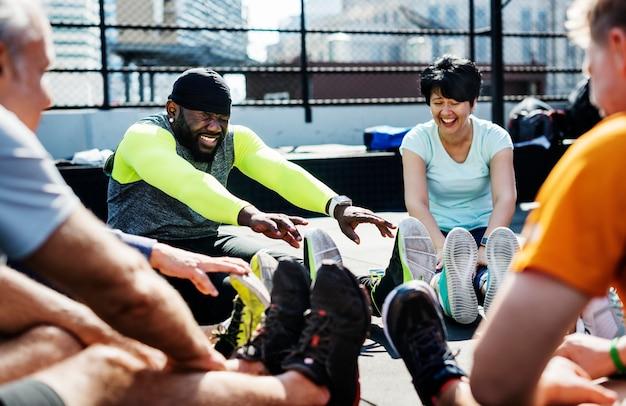 フィットネスジムで運動する人々