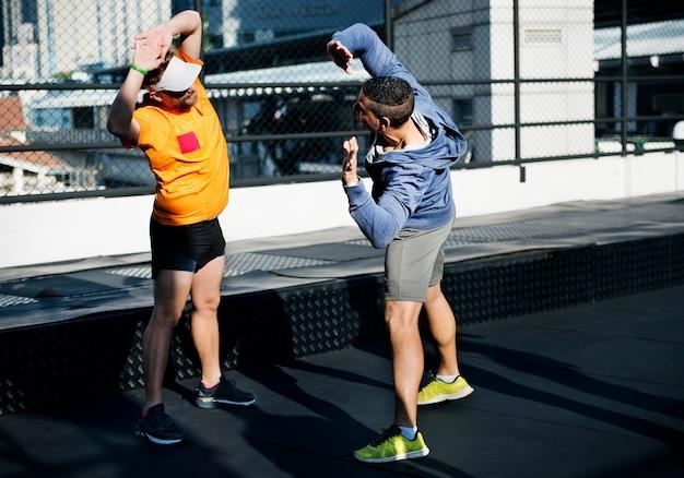 Люди тренируются в фитнес-зале