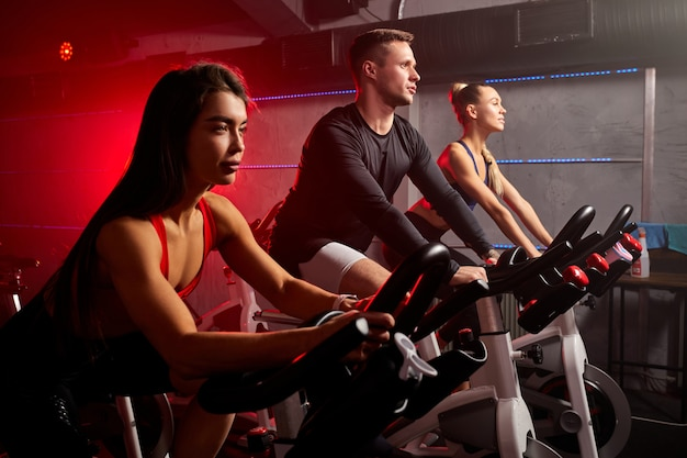 운동하는 사람들, 피트니스 체육관에서 자전거에 다리 심장 훈련, 좋은 건강을 위해. 보디, 라이프 스타일, 운동 피트니스, 운동 및 스포츠 교육 개념