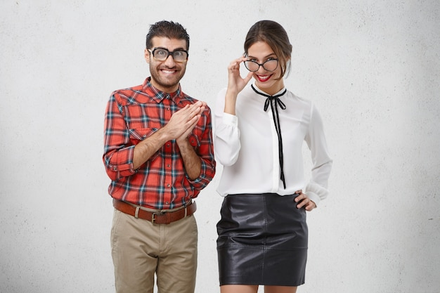 人、顔の表情、幸福の概念。格好良い若い女性はブラウスと黒の革のスカートを着ています。
