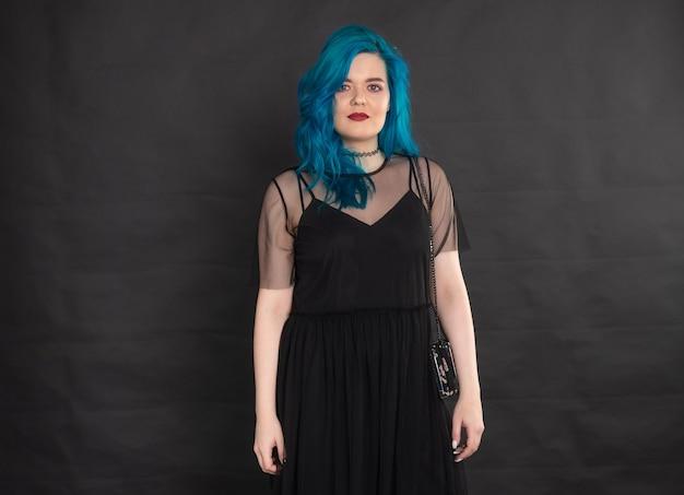 사람, 패션 및 헤어 개념-검은 색 바탕에 파란 머리와 검은 드레스에 파란 머리를 가진 젊은 여자의 초상화