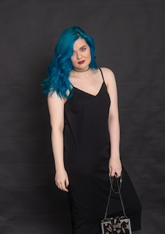 사람, 패션, 머리 개념 - 검은색 바탕에 파란 머리를 한 검은 드레스에 파란 머리를 한 젊은 여성의 초상화