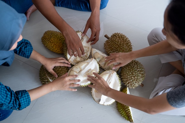 People fight for durian