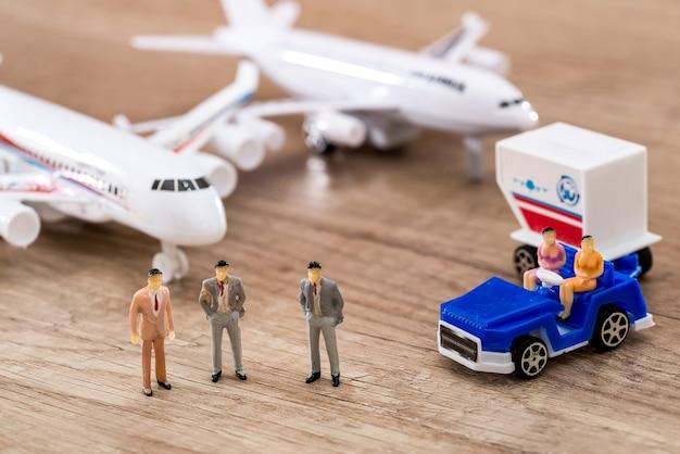Фигурки людей с самолетами